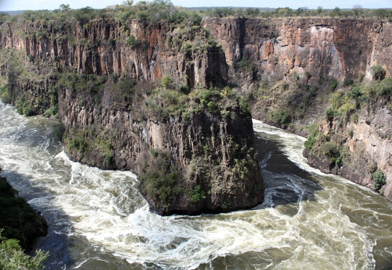SUSPECT FLEES FROM POLICE, MAKES SUICIDAL PLUNGE IN ZAMBEZI RIVER