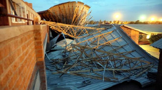 HIGH SCHOOL ROOF COLLAPSES, 7 PUPILS INJURED