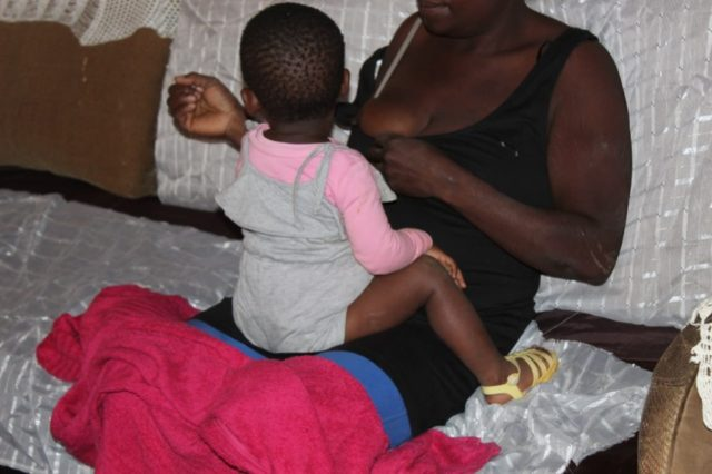 The mother holding her 20-month-old baby who was allegedly s_xually abused by her own father. Photo by Bulelwa Ginindza .
