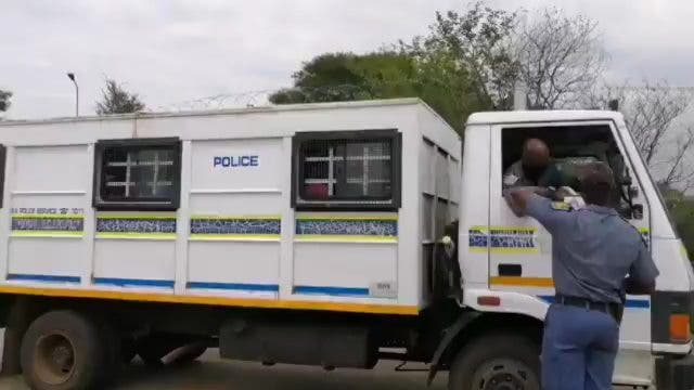 South Africa deporting illegal Zimbabweans - Watch